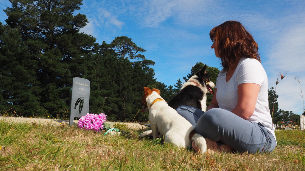 woman dog at graveside 640px